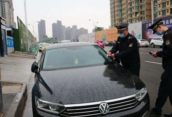 """漯河城管正式进入""""贴单模式"""" 违停信息同步录入处罚系统"""