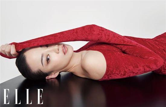 谭卓身穿红色高跟鞋 黑白红的颜色碰撞 诠释出了女性的性感