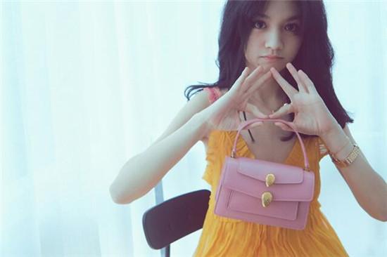 春夏拿嫩粉色手包搭配颈间简约金属吊坠 干净甜美满满少女气息