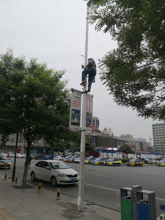 """漯河市区千余路灯杆""""换装""""   """"蜘蛛人""""扮靓城市更美"""