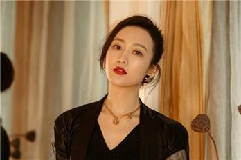 王鸥身着一身黑色西装 红唇精致优雅 飒爽干练酷帅有型