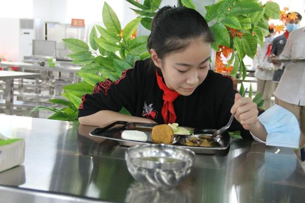 就餐文明 点滴教育——郑州高新区外国语小学文明用餐记