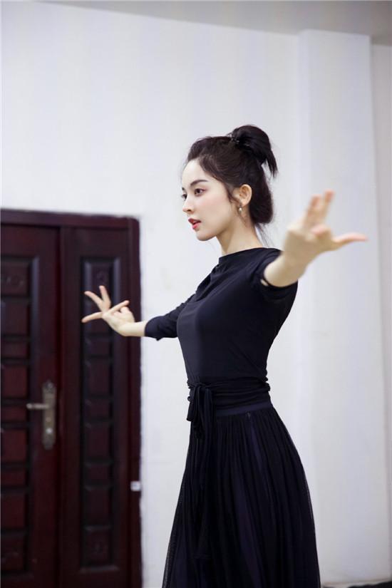 古力娜扎一袭黑衣配黑纱裙为新剧《大唐明月》练舞 舞姿曼妙
