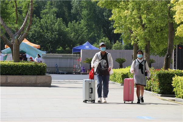 河南经贸职业学院暖心行动迎接贫困生返校专车接人,警车护航,礼包发放……