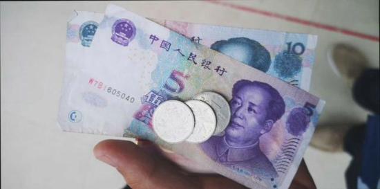 郑州一男子在方中山胡辣汤里吃出苍蝇 店长道歉并获18元赔偿