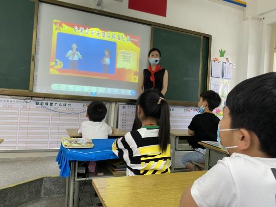"""""""我爱红领巾""""——郑州高新区外国语小学举行一年级队前教育活动"""