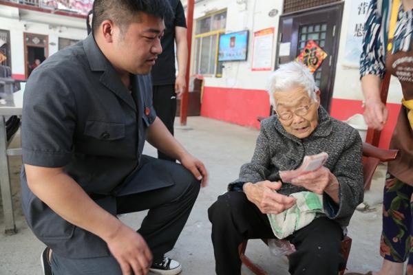 镇平法院:干警送来执行款  九旬老人直点赞