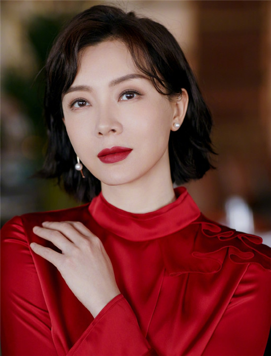 43岁的陈数身穿红色立领衬衣搭配黑色西装裤 短发红唇知性有气质