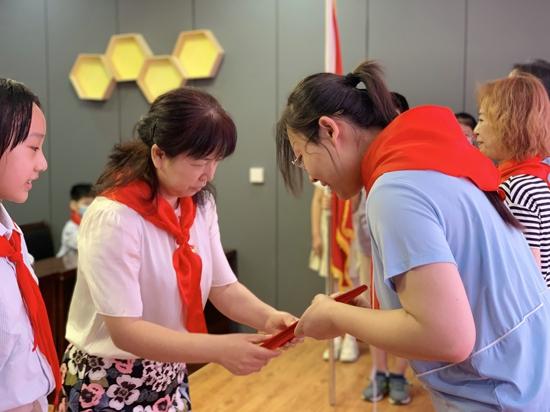 迎接少代会 争做好队员-----郑州市中原区百花艺术小学举行入队仪式