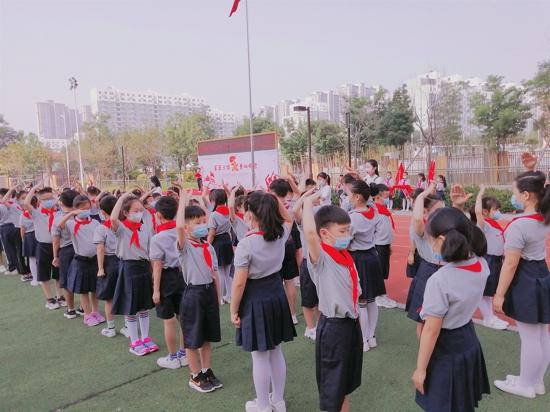 星星火炬 童心向党--高新区育林小学一年级首批新队员入队仪式