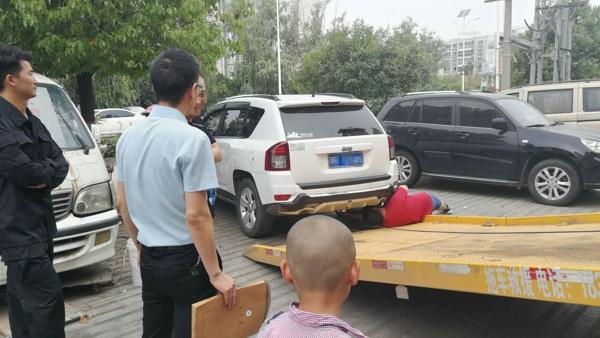 内乡法院:被执行人车辆现街头  执行法官现场扣押