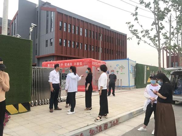 施工围挡直接挡了中州大道小学校门?学生绕道绕的生无可恋