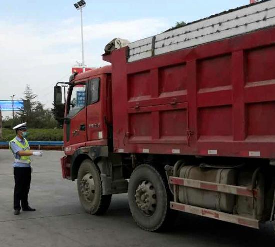 河南高速交警即日起专项整治货车不按规定车道行驶违法行为