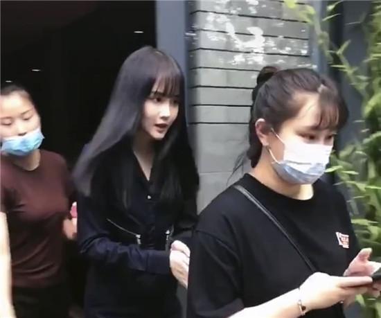 """赵本山女儿赵一涵""""球球""""一头黑发撞脸郑爽"""