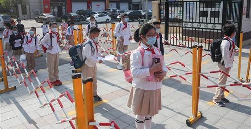 沈阳部分年级学生返校复课 保持安全距离