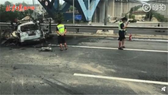 两车相撞爆炸前5分钟人被救出 网友:英雄无处不在