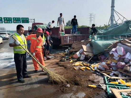触目惊心!京港澳高速郑州段两车相撞 货车翻下边沟