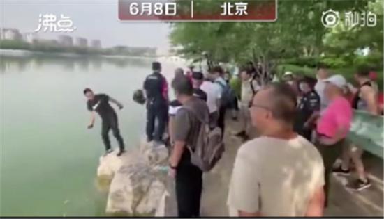 工作人员劝阻游客反被推下水 网友:请列入全国景区黑名单
