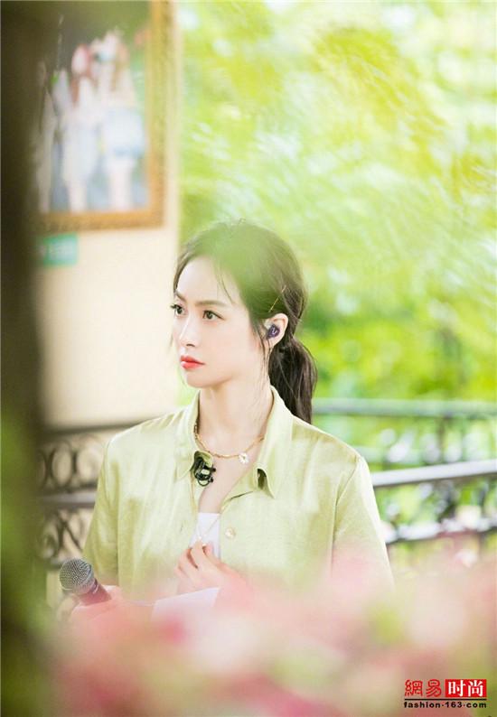 宋茜身着绿色丝绸套装 搭配小雏菊配饰出镜清凉无限