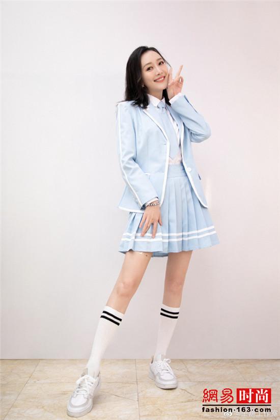 王鸥一组女团制服写真曝光 清纯甜美 大秀好身材