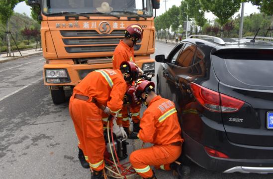 淅川县交警大队多部门联合开展道路交通事故应急救援演练活动