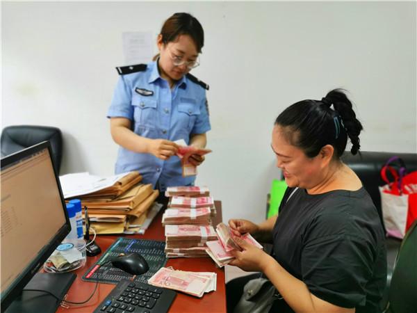 南阳宛城区法院:网拍车辆溢价57.29%,申请人领案款笑开颜