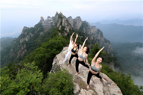 """美女组团老君山2000米绝壁""""玩命""""挑战悬崖瑜伽"""