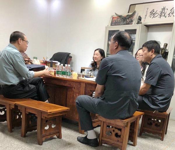 新野法院:张万波院长走访全国人大代表王馨倾听意见建议