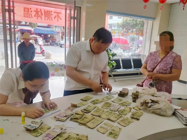 内乡农商银行:服务客户无小事  兑换残币显真情