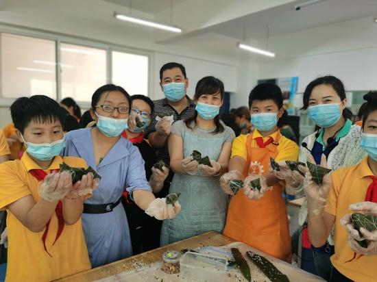 """郑州市金水区工人第一新村小学于举办""""传承中华魂 粽粽都是情""""主题教育活动。"""