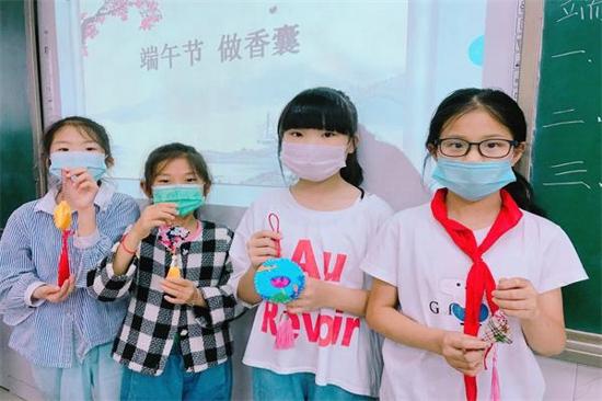 郑州市金水区新柳路小学:巧手做香包,浓浓端午情