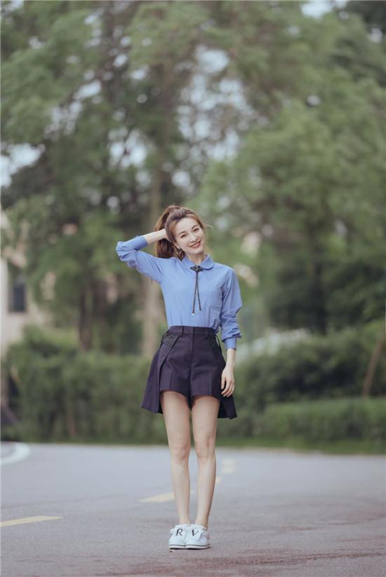 """吴昕""""昕昕子""""活力少女!梳起马尾辫 蓝色衬衣搭配深色高腰小短裙"""