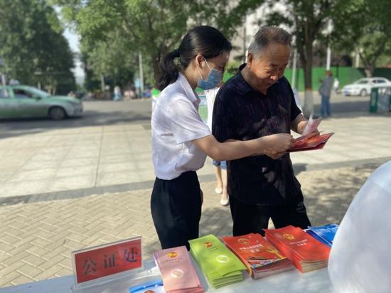 义马市司法局组织开展《河南省社会信用条例》宣传活动