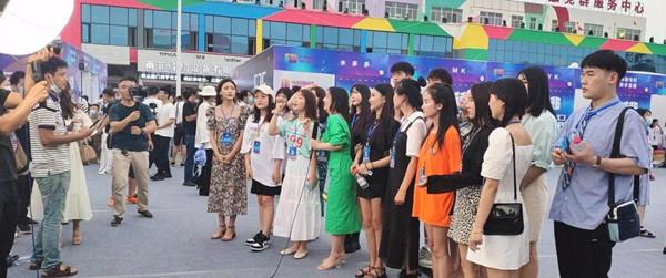穰东镇两家企业应邀参加2020中国服装品牌直播大会