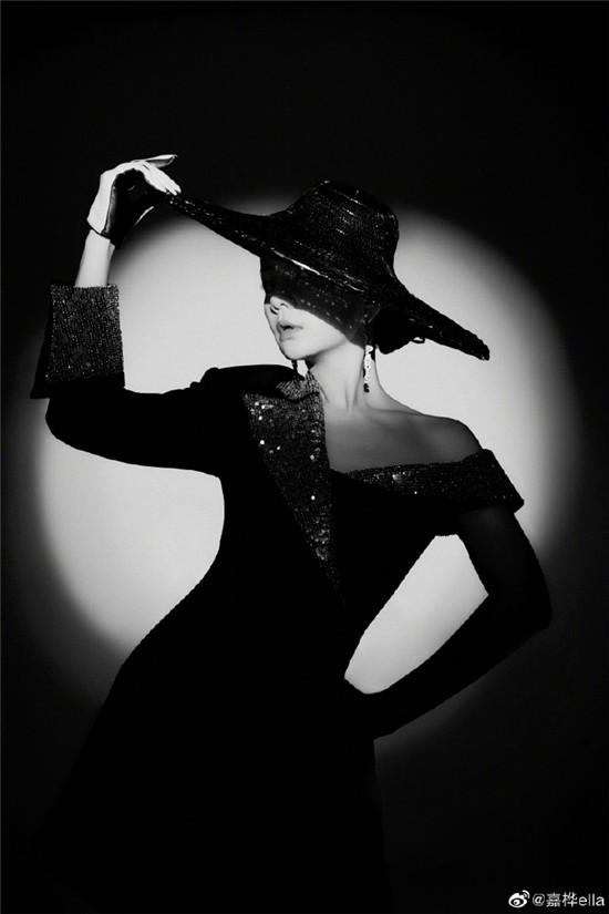 Ella身穿半露肩亮片裙大秀锁骨 戴复古夸张礼帽性感优雅