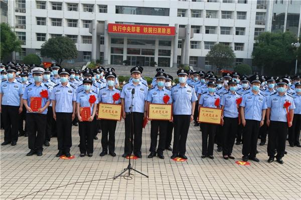 """邓州市公安局举行庆""""七一""""升旗和重温入党誓词仪式"""