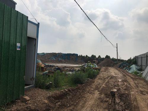 商水县一碎石厂物料未完全覆盖废料遍地 环保局称有环评手续