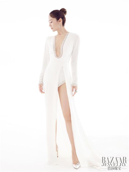 刘芸身着白色修身长裙大秀腿部线条 搭配利落丸子头精致优雅