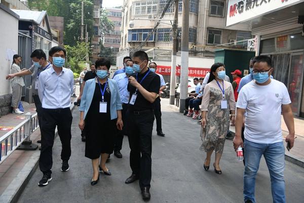 郑州市管城区委副书记、区长张艳敏巡查高考工作
