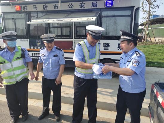 驻马店市公安局南海分局局长苏晓虎为一线执勤民辅警送清凉