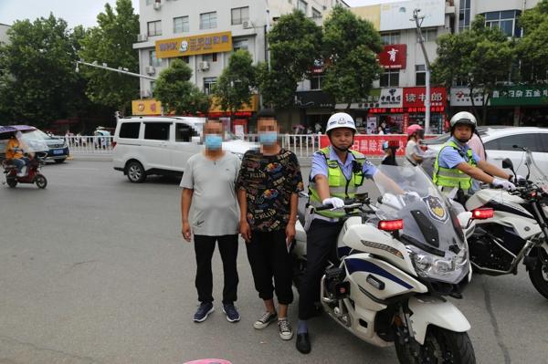 邓州:交警铁骑载考生 八分钟取回忘带身份证