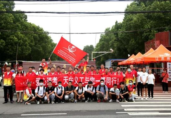 为学子们赴考之路保驾护航  ——天中义工联合会开展爱心助考活动