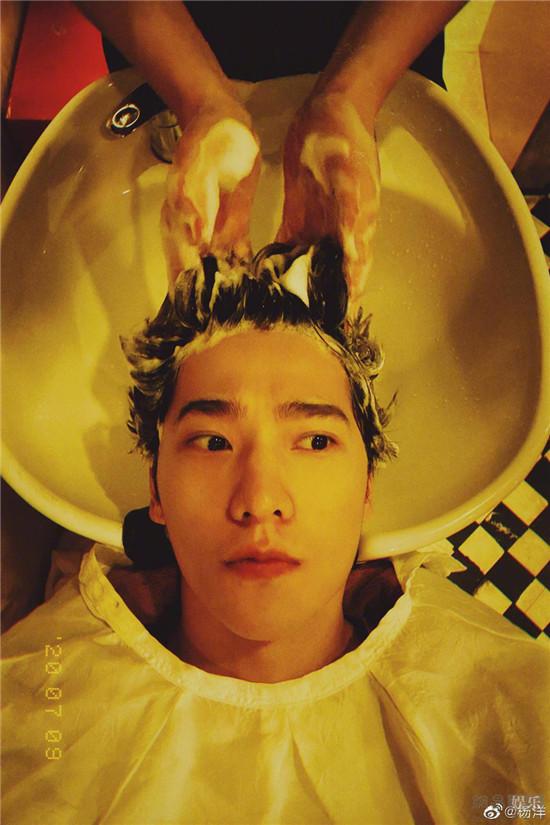 杨洋剪了短发 整个人干净阳光 帅气逼人