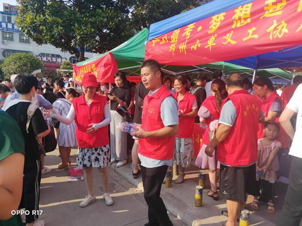 河南邓州市小草义工: 助力高考爱无疆