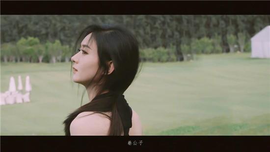 赵丽颖与小兔子拍写真 清风吹动飘逸长发 清新美好