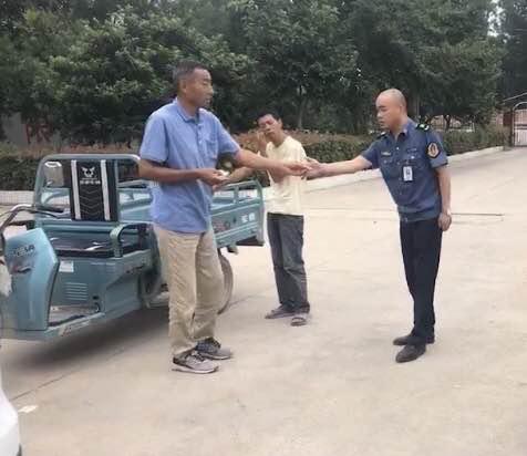 小伙走失两天,太康西扶超限站执法人员帮其辗转找家人