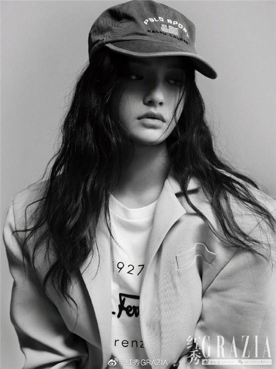 林允展现出多面时尚表现力 即青春活力又知性优雅