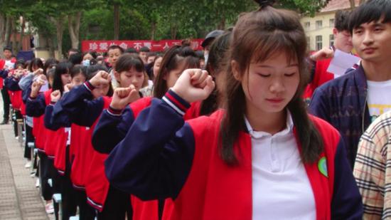 中牟县狼城岗中学:中考壮行创意多,感动家长和老师