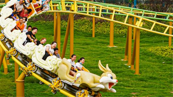 """银基动物王国龟兔赛跑双轨过山车迎来首批特殊的""""客人"""""""