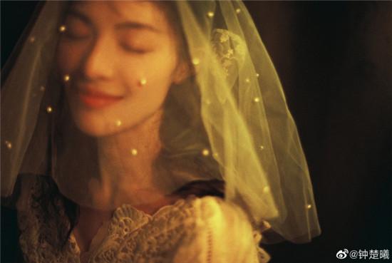 钟楚曦身穿白色蕾丝连衣裙 卷发配头纱好似城堡里的公主